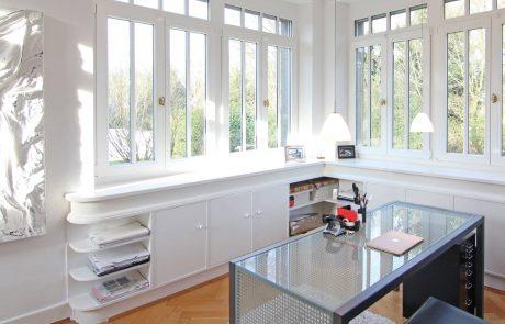 Einbauschrank unter Fenster mit Schubladen und Türen