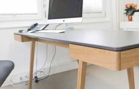 Designertisch_aus_Holz_Tischplatte_athrazit