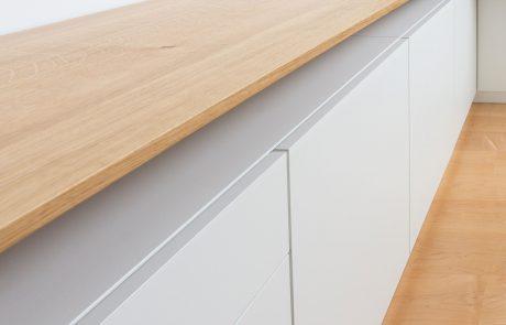 Sideboard für ein Arbeitszimmer aus Holz mit weißen Türen