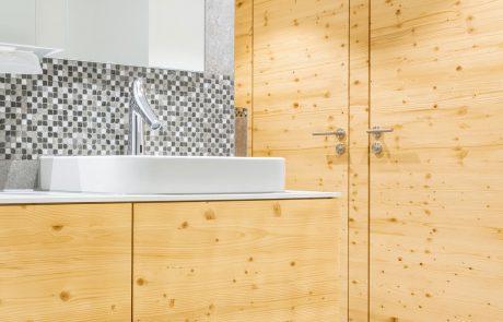 Ein Bad mit Holztüren aus gebürstetem Tannenholz Bio Weißtanne