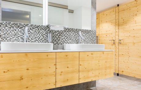 Badezimmer mit gebürstetem Holz und großem Spiegel