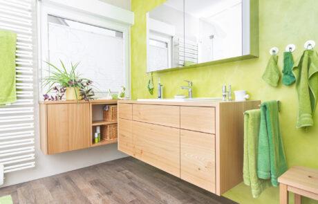 Holzmöbel für das Badezimmer als Unterschrank und Sideboard das freischwebend ist mit verstecktem Wäschekorb