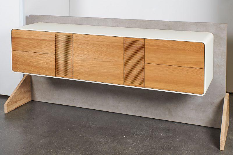 Sideboard in modernem Design mit weißer Hülle freihängend