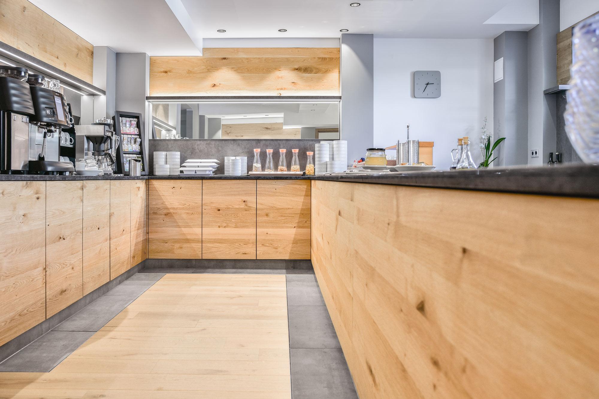 Frühstücksbuffet Holzfronten Holzverkleidung