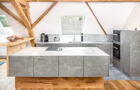 Küche aus Holz Eiche und mit Echtsteinfunier