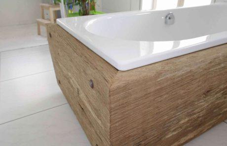 Badewanne aus Holz, Badewanne ist in Holzrahmen eingelassen, gebürstetes Holz