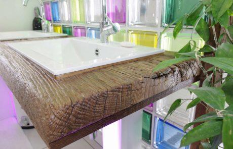 Waschbecken in Holzgarnitur eingelassen, gebürstetes Holz mit rechteckigem Waschbecken