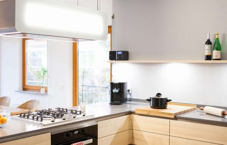 individuell angefertigte Küche mit Gasherd und Lichtdesign