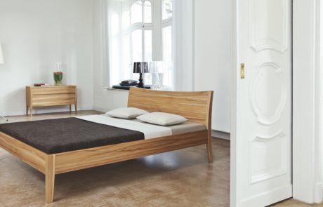 freistehendes Bett leicht geschwungenes Rückenteil Designerbett im Altbau