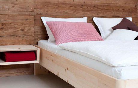 Bett komplett aus Holz mit Beistelltisch der frei schwebt