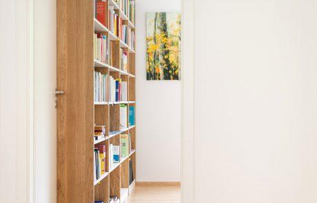 Bücherregal aus Holz mit schlankem Design hell und luftig