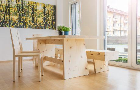 Tischgarnitur mit Bank und Stühlen aus Zirbenholz