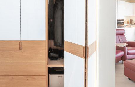 weißer Einbauschrank mit Lichtdesign und Lichtrahmen, mit Akkordeon Türen